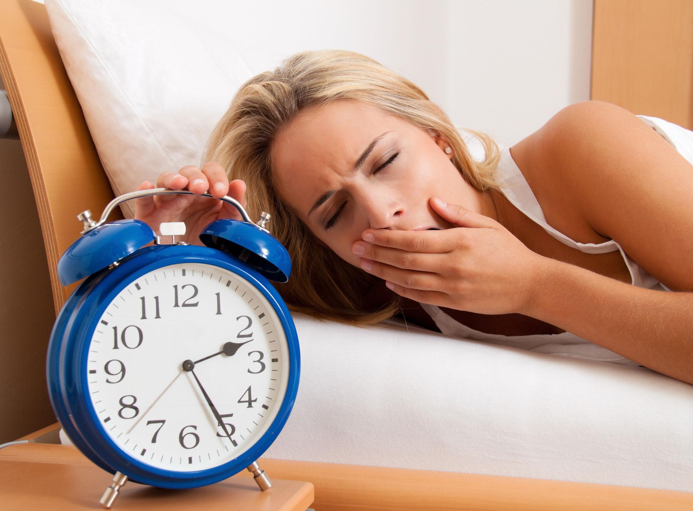 Hình ảnh cô gái khó ngủ trằn trọc nửa đêm