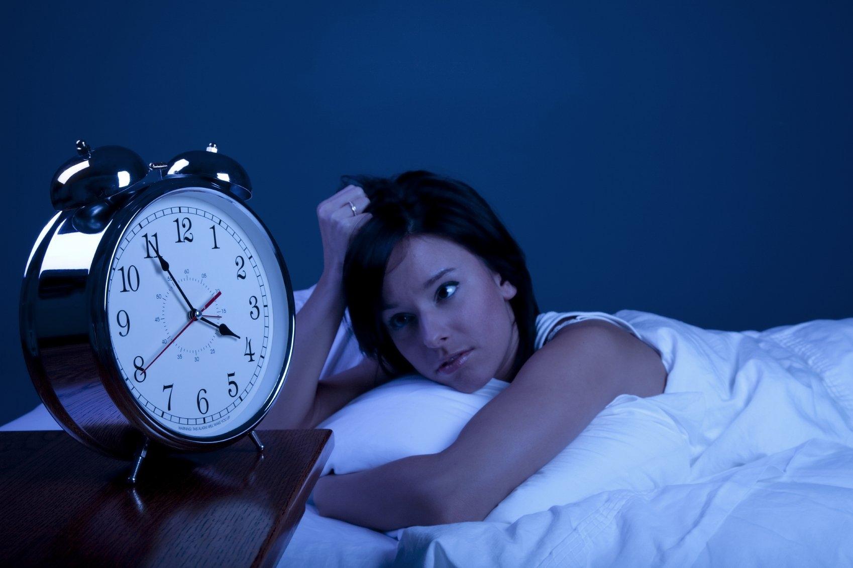 Hình ảnh cô nàng khó ngủ nhìn đồng hồ