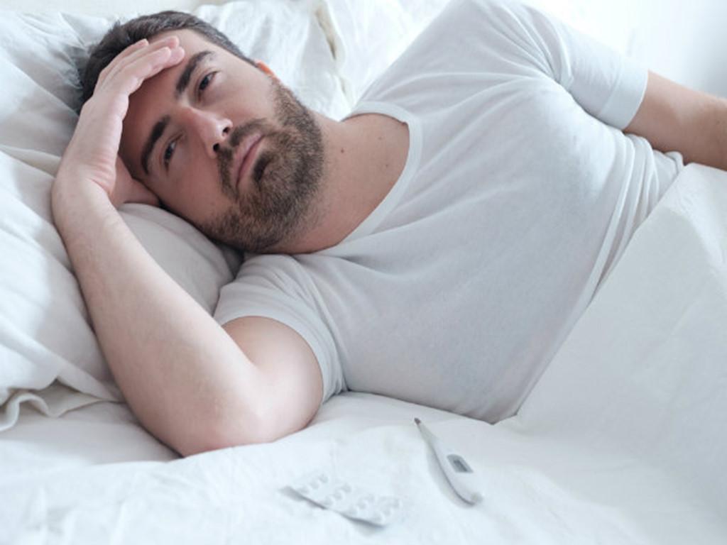 Hình ảnh người đàn ông trằn trọc mất ngủ