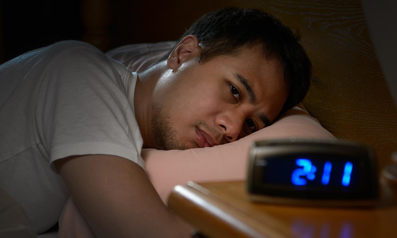 Hình ảnh người khó ngủ nhìn đồng hồ