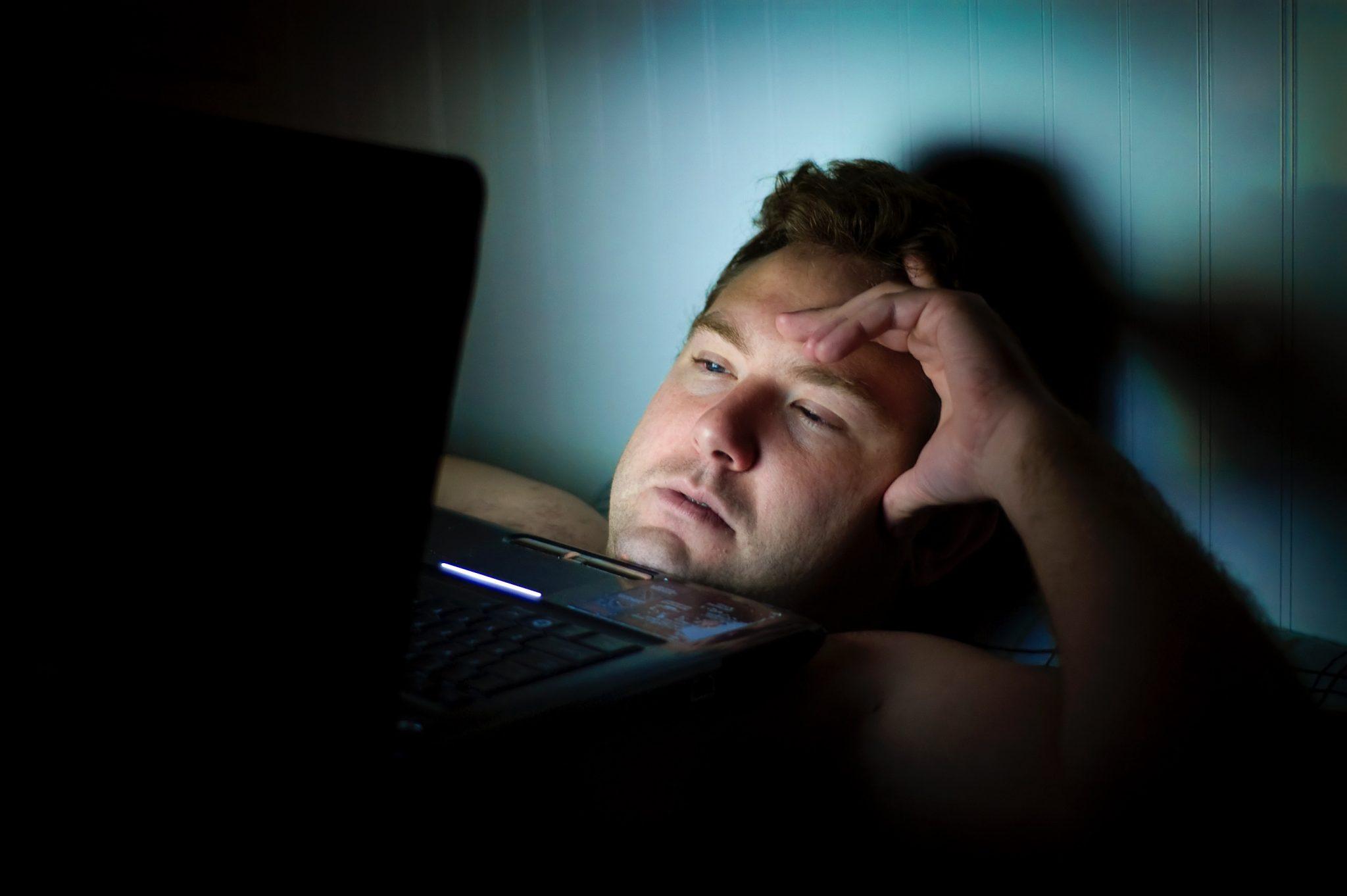 Hình ảnh người khó ngủ nhìn laptop