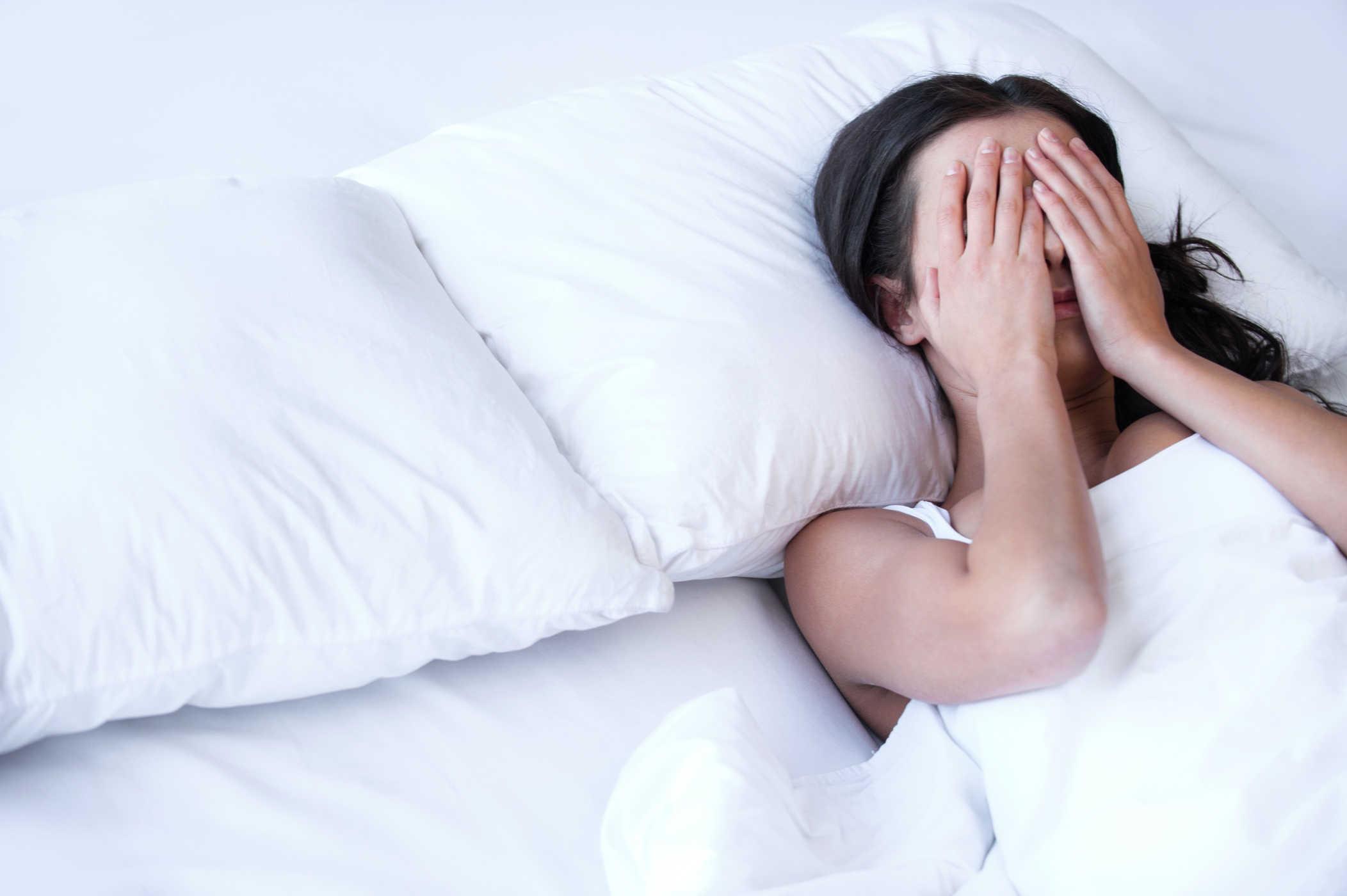 Hình ảnh người phụ nữ mất ngủ che mắt