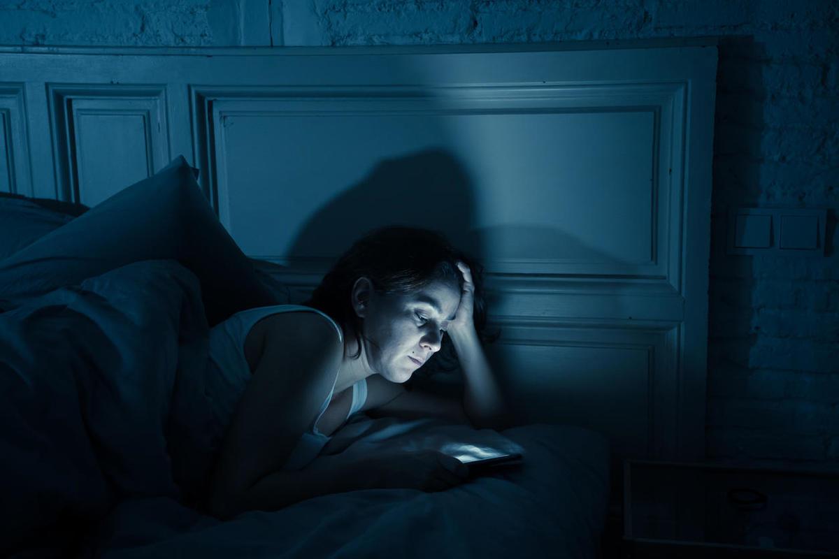 Tranh vẽ bà cô khó ngủ xem điện thoại