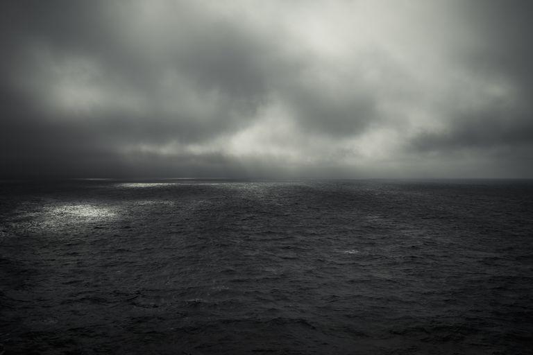 Hình ảnh biển trời màu xám