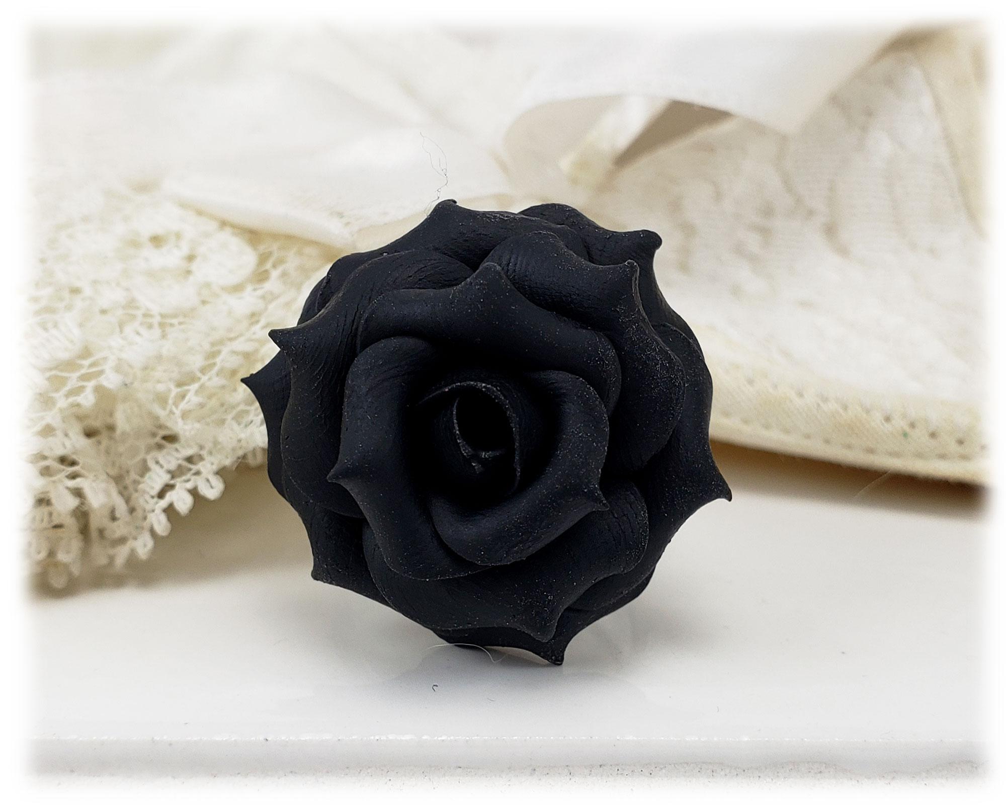 Hình ảnh hoa hồng đen và vải trắng