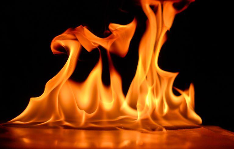 Hình ảnh ngọn lửa cháy trên bàn