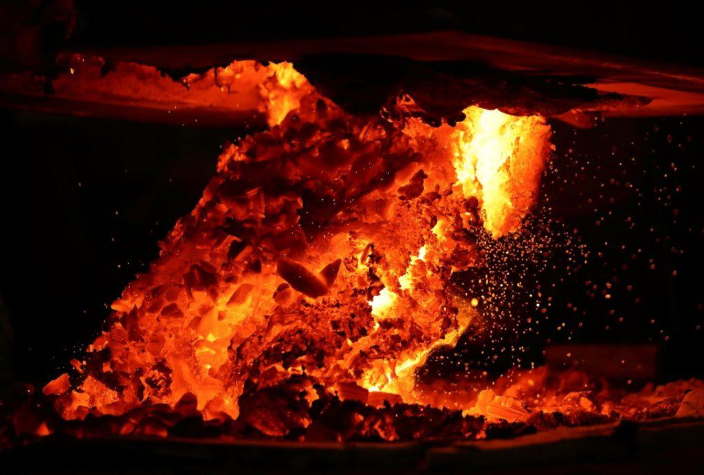 Hình ảnh ngọn lửa cháy trong đêm