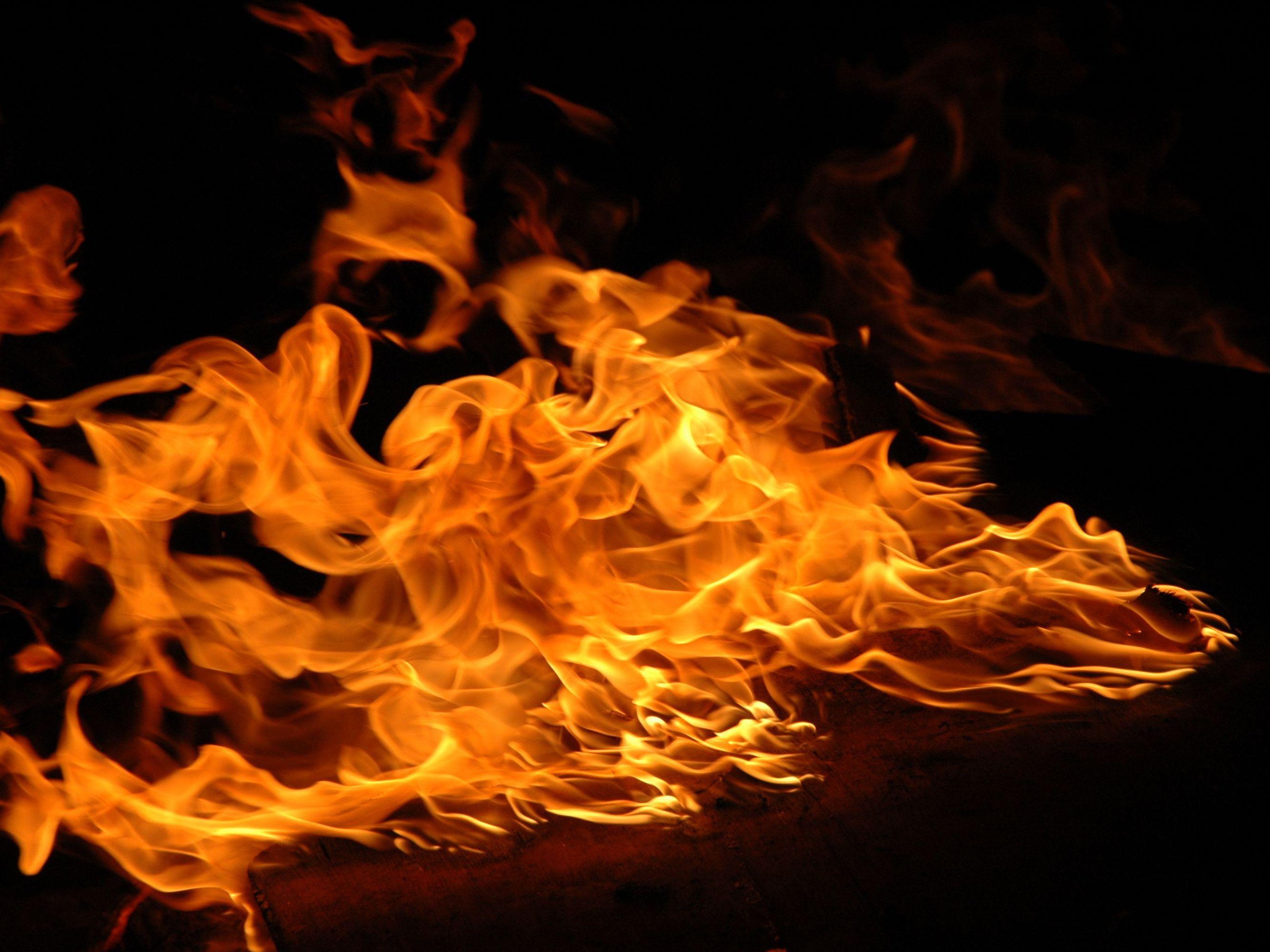 Hình ảnh ngọn lửa dữ dội
