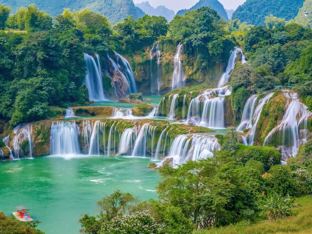 Hình ảnh thác nước xanh thơ mộng