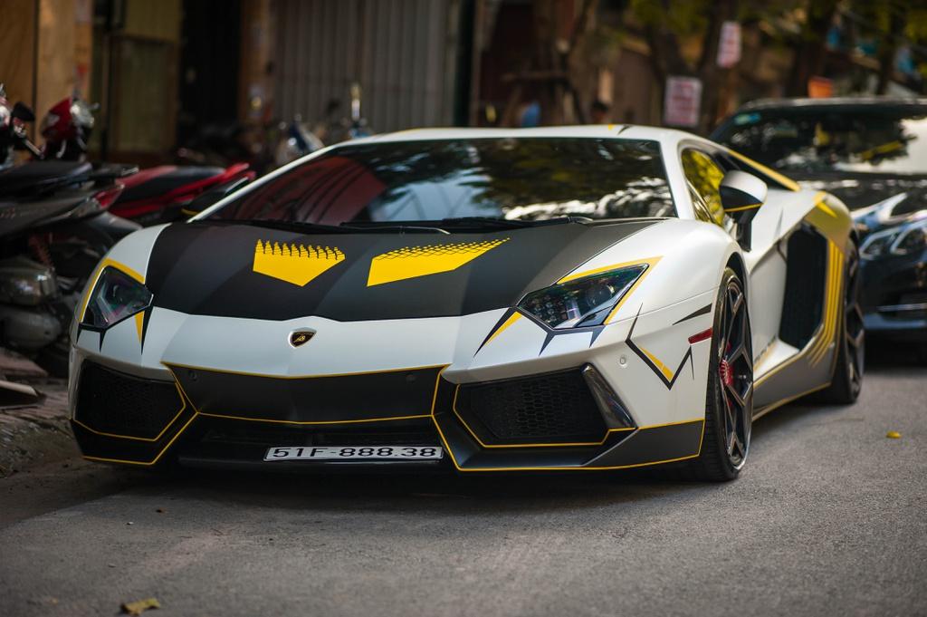 Hình ảnh xe Lamborghini ngoài phố