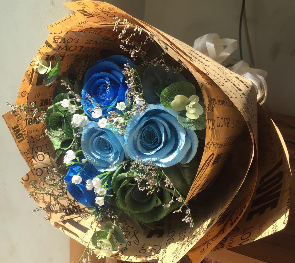 Bó hoa hồng xanh bọc giấy báo