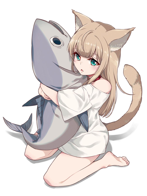Hình ảnh anime bé mèo ôm cá đáng yêu