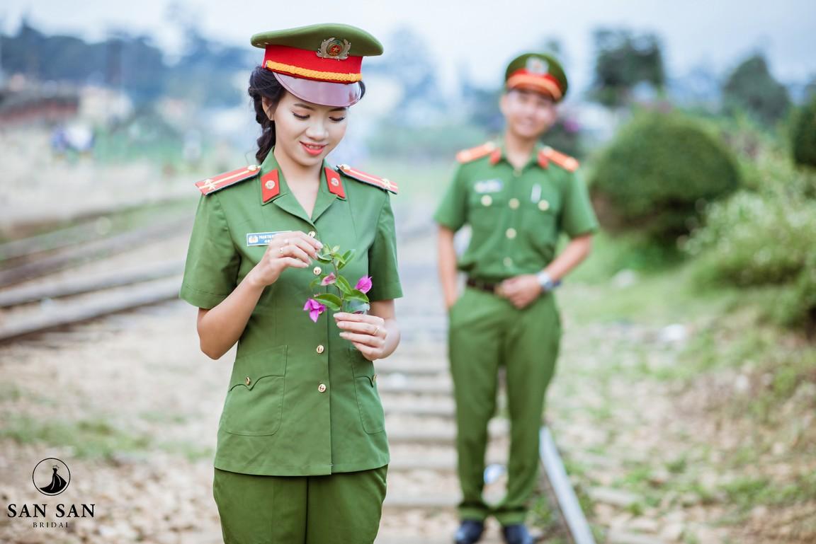 Hình ảnh nữ công an cầm hoa