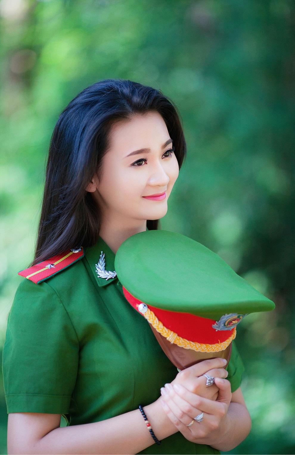 Hình ảnh nữ công an cầm mũ