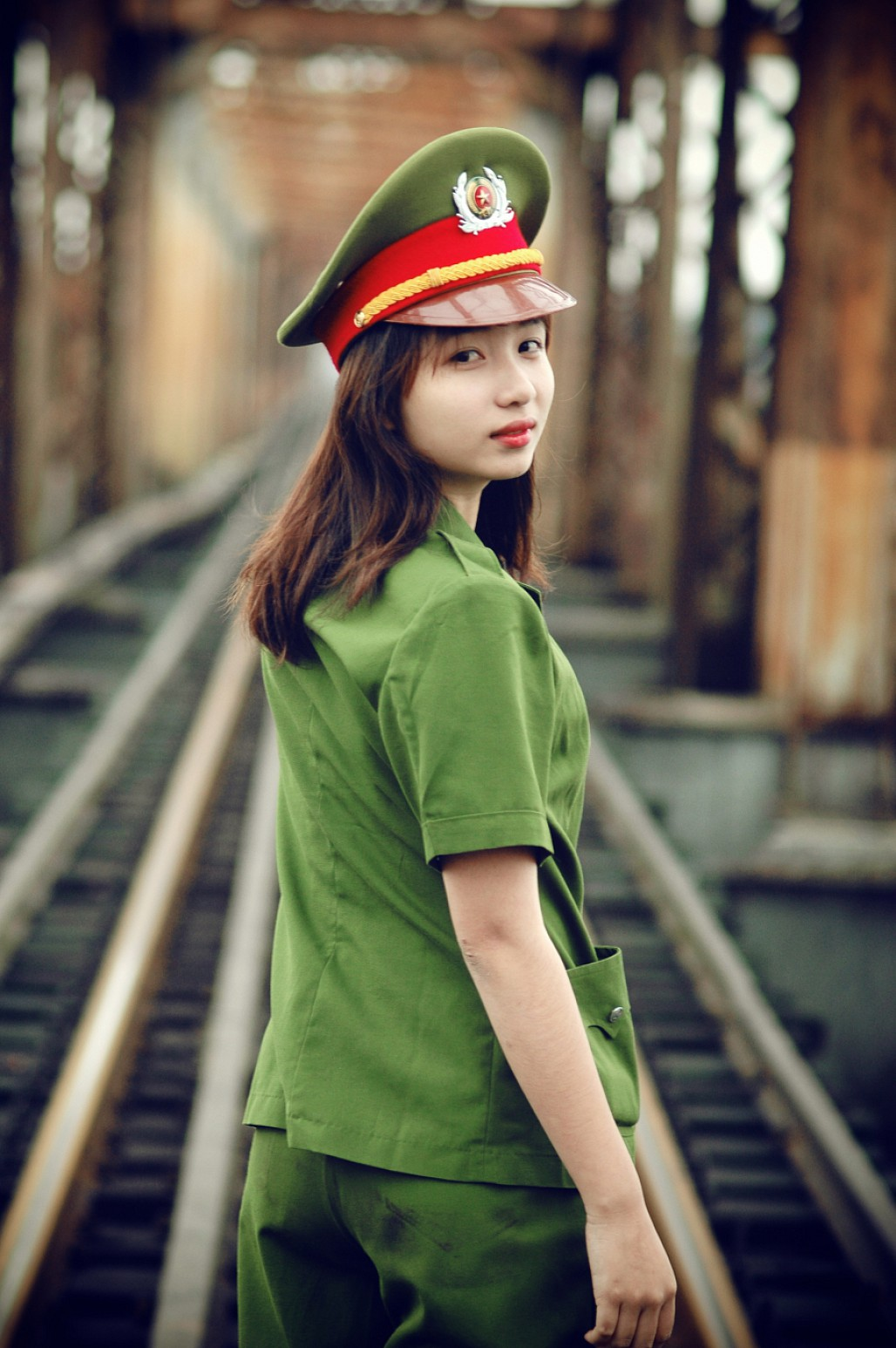 Hình ảnh nữ công an chụp ảnh ở đường tàu