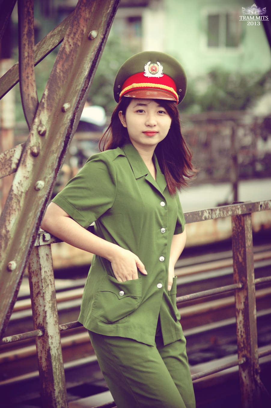 Hình ảnh nữ công an đứng ở đường tàu