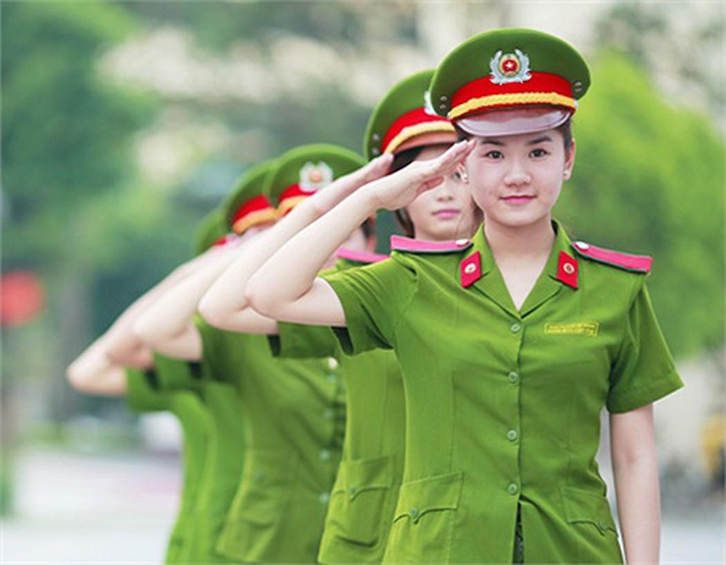 Hình ảnh nữ công an giơ tay chào