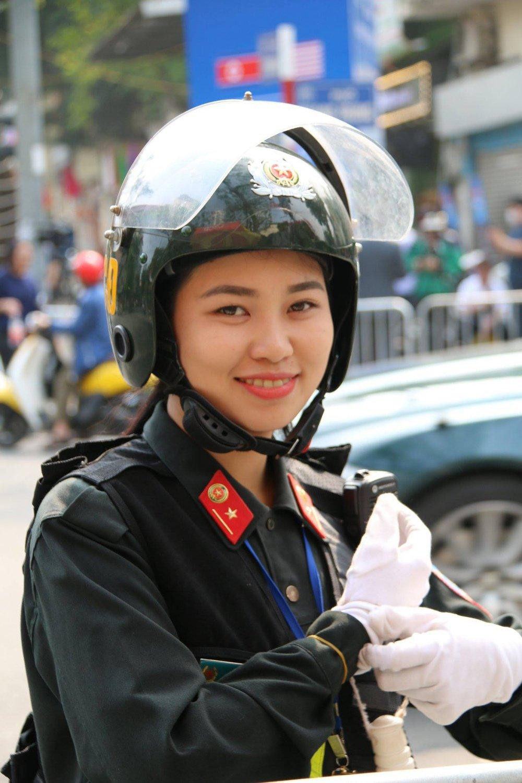 Hình ảnh nữ công an nghiệp vụ