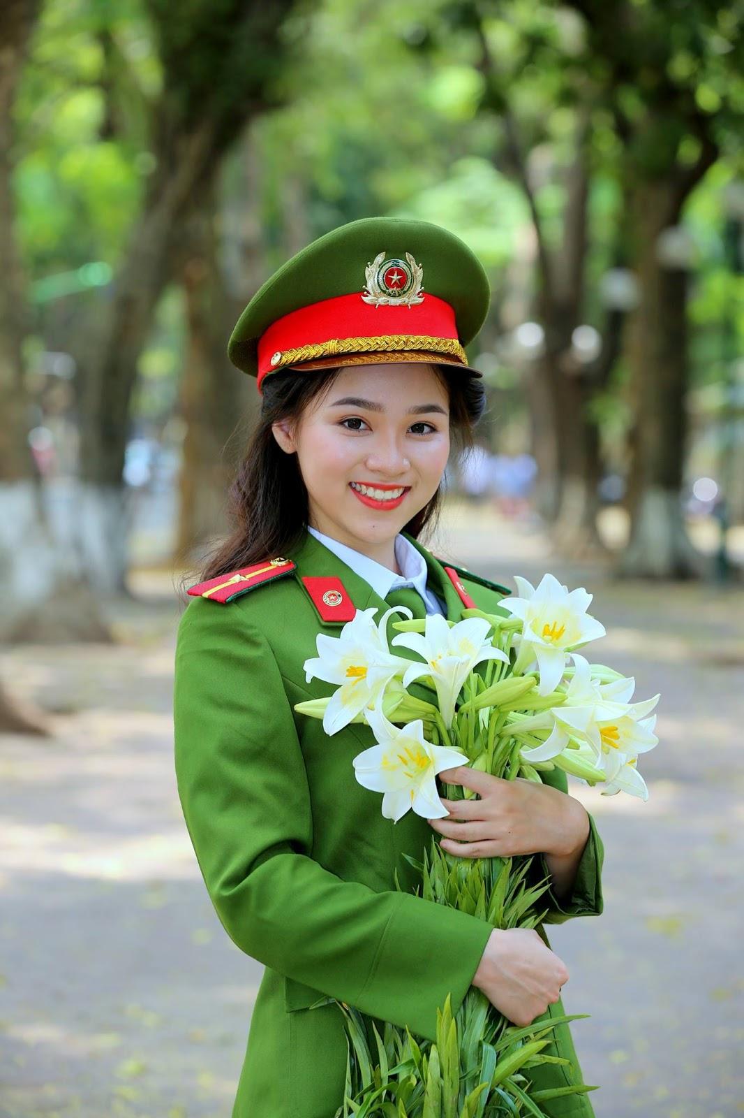 Hình ảnh nữ công an ôm bó hoa