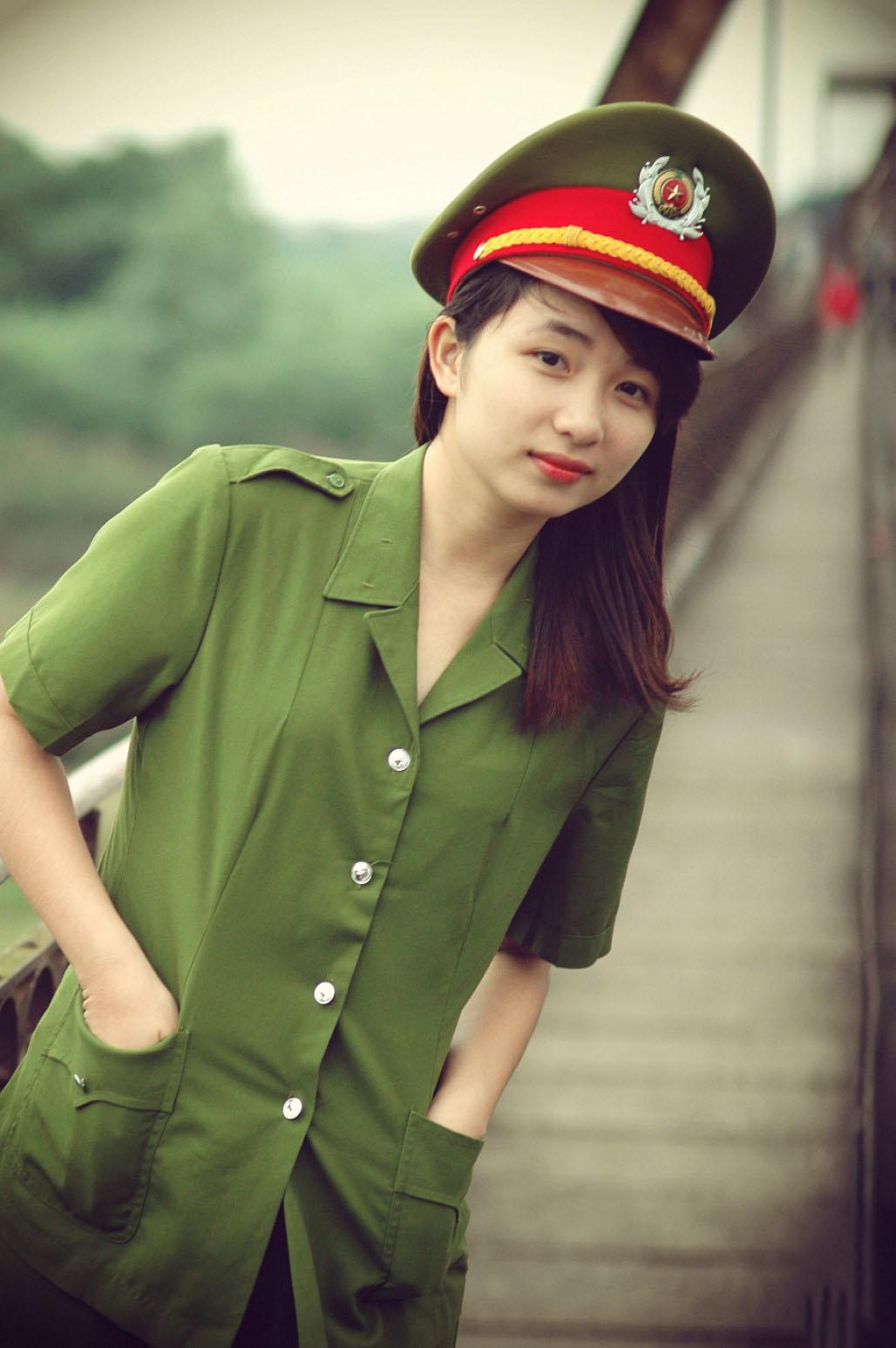 Hình ảnh nữ công an tóc dài xinh đẹp