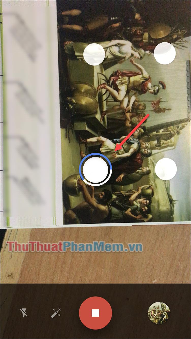 Nhấn nút chụp và lúc này bạn sẽ thấy 4 chấm màu trắng được hiển thị trên màn hình cùng với 1 chấm tròn r