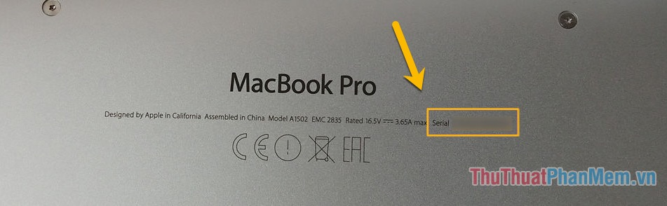 Số Sê-ri của máy Mac thường được in ngay cùng phần thông tin trên vỏ máy