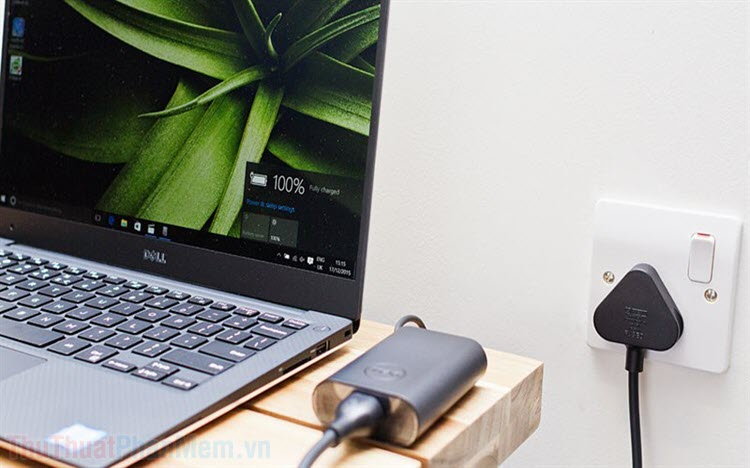 Vừa sạc pin vừa dùng laptop có sao không?