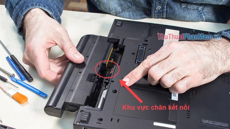 Vệ sinh chân kết nối Pin và Laptop