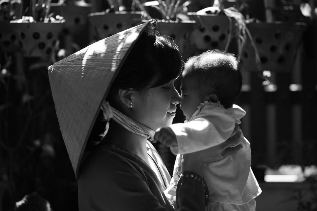 Hình ảnh người mẹ chăm con đầy ý nghĩa
