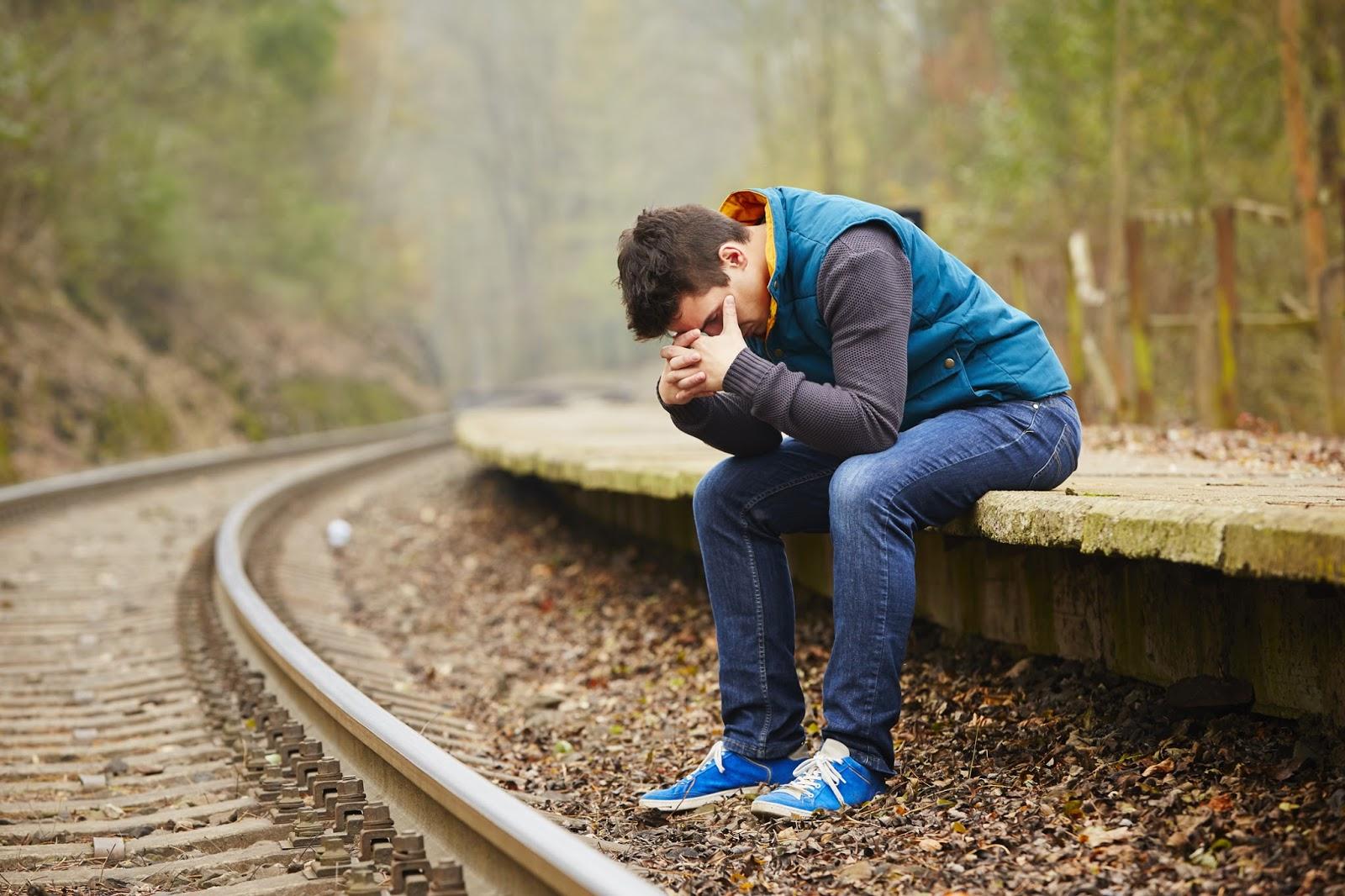 Ảnh con trai khóc bên đường tàu