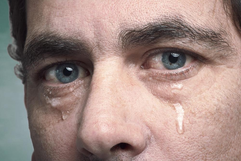 Ảnh đôi mắt con trai khóc đẹp nhất