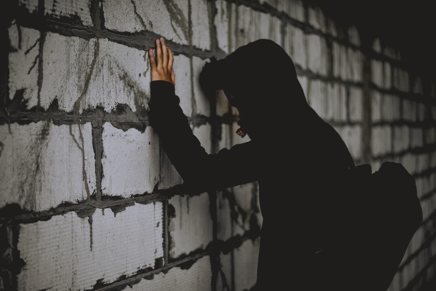Ảnh người con trai dựa vào tường khóc đẹp nhất
