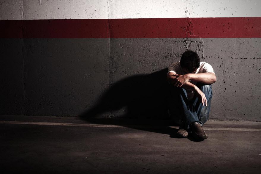 Ảnh người con trai ngồi buồn khóc