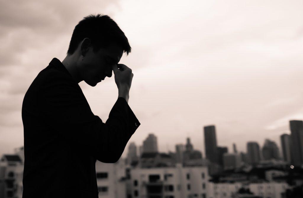 Ảnh người đàn ông khóc, buồn trước áp lực cuộc sống