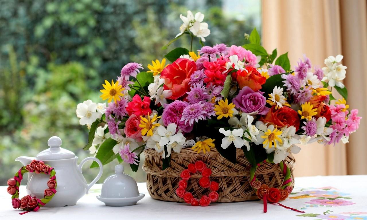 Hình ảnh lẵng hoa bên bàn trà đẹp