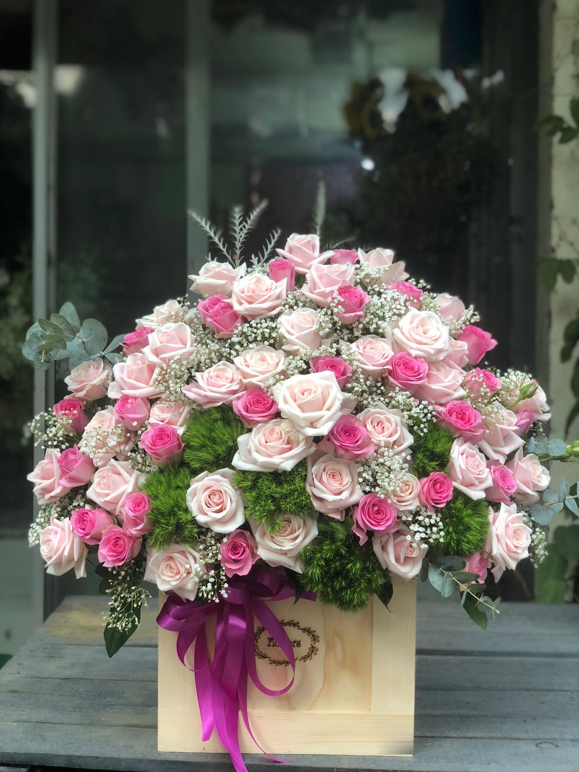 Hình ảnh lẵng hoa hồng ngoại hộp gỗ