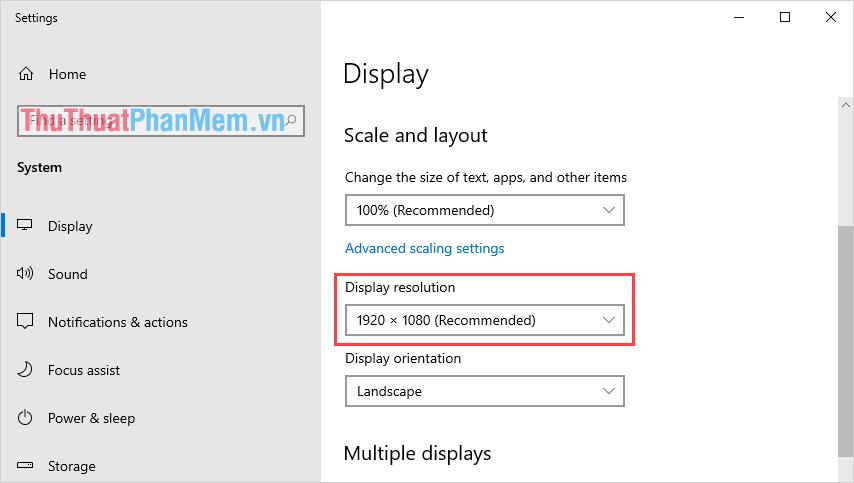 Tìm đến mục Display Resolution và các bạn tiến hành lập chúng về mức độ phân giải có phần Recommended (đề xuất)