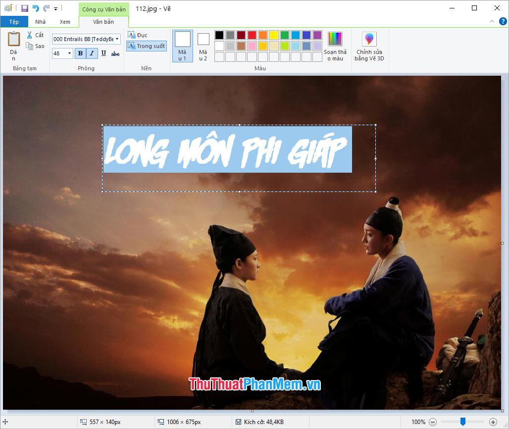 Click chuột vào vị trí viền khung, bấm và di chuyển để điều chỉnh vị trí thích hợp cho chữ được chèn lên ảnh