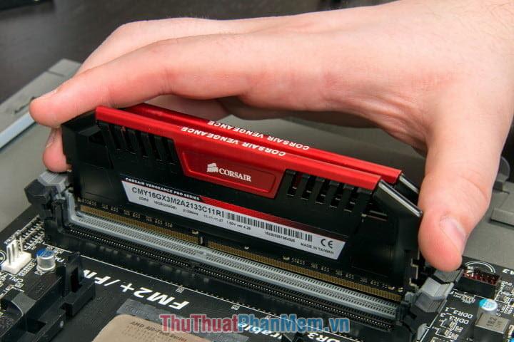 Khi các bạn lắp 2 thanh RAM khác BUS thì hệ thống sẽ ưu tiên chạy ở mức BUS của thanh RAM có mức BUS thấp nhất