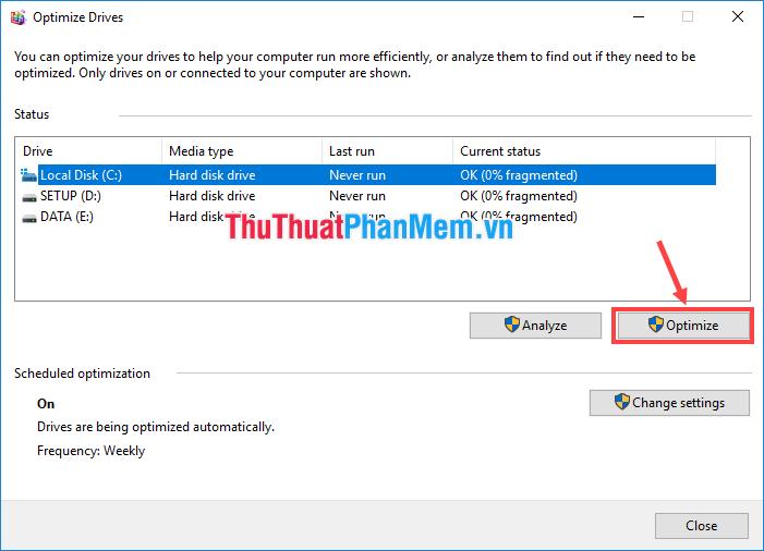Chọn ổ đĩa bạn muốn chống phân mảnh rồi click vào Optimize