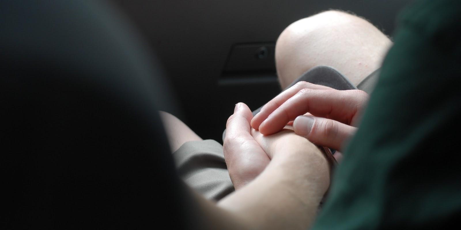 Hình ảnh cặp đôi nắm tay yêu nhau