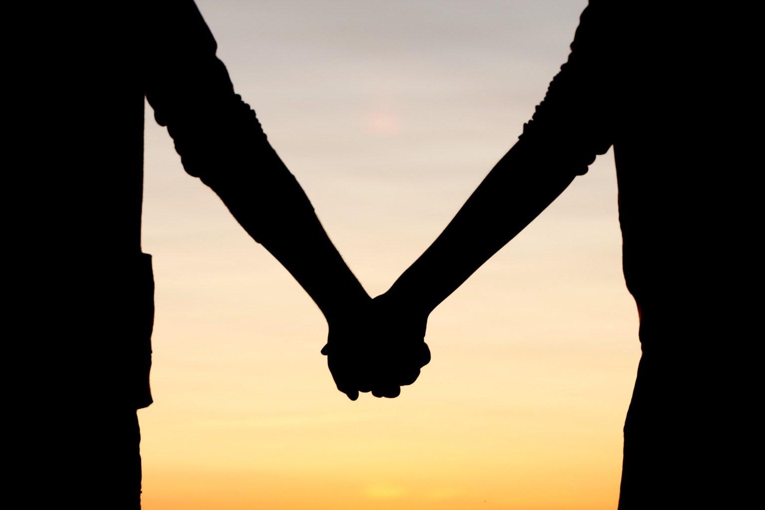 Hình ảnh cặp đôi yêu nhau nắm tay