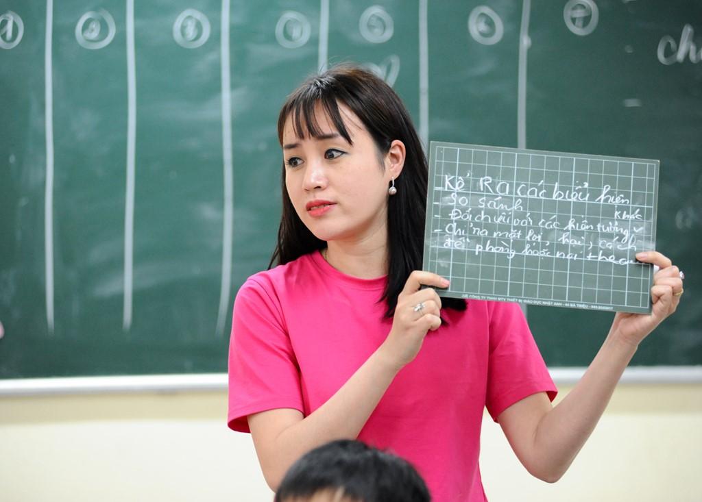 Ảnh cô giáo đang giảng bài