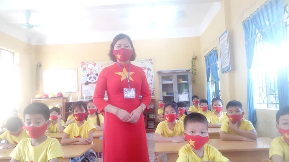 Ảnh cô giáo dạy học trong mùa dịch