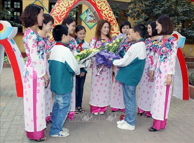 Hình ảnh bé tặng hoa cô giáo