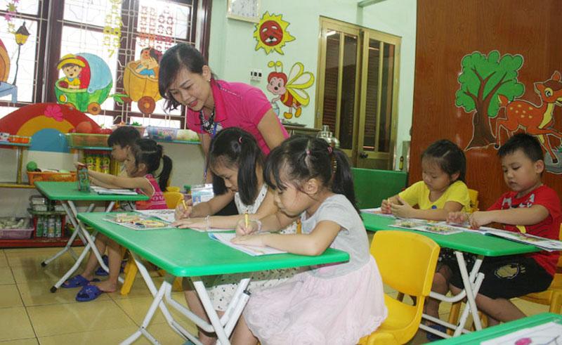 Hình ảnh cô giáo cùng bé làm bài tập