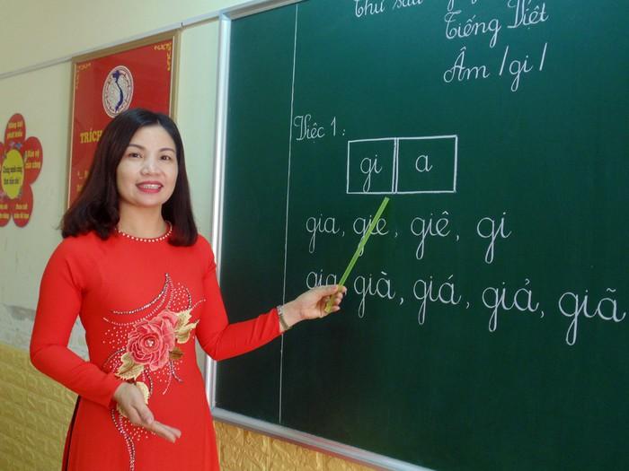 Hình ảnh cô giáo đang giảng bài