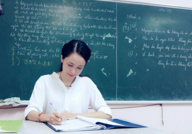 Hình ảnh cô giáo đang soạn bài