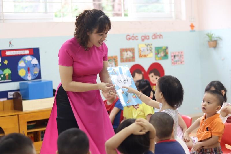 Hình ảnh cô giáo dạy bé học chữ