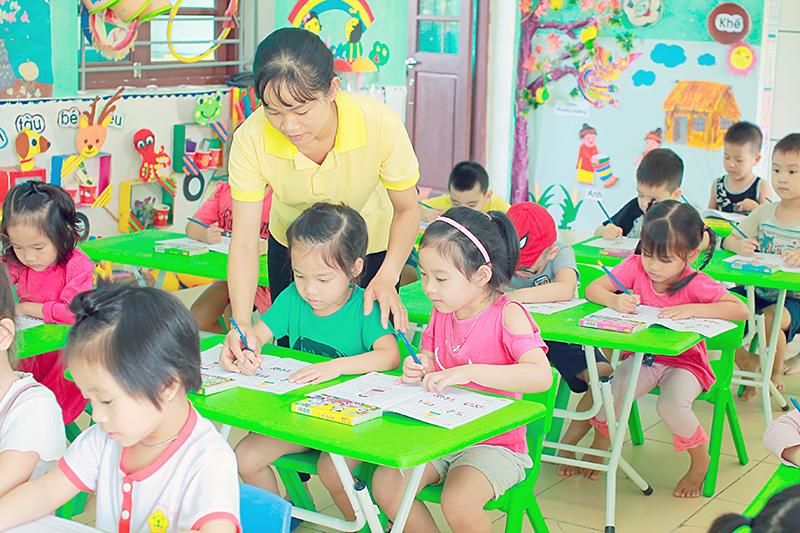 Hình ảnh cô giáo dạy trẻ